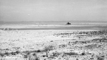 Sanddelta | Im Hintergrund ein Kiesbagger im Mündungsbereich des Rheins | 20.04.1968 | Foto bereitgestellt von Lotti und Bruno Keist